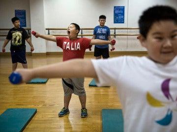 Niños chinos haciendo ejercicio
