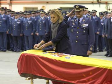 Cospedal condecorao con la Cruz al Mérito Aeronáutico con Distintivo al teniente Fernando Pérez