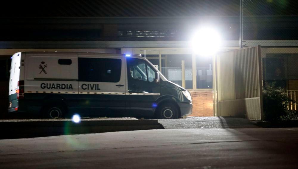 La llegada a la cárcel de Soto del Real de los líderes de ANC y Òmnium Cultural