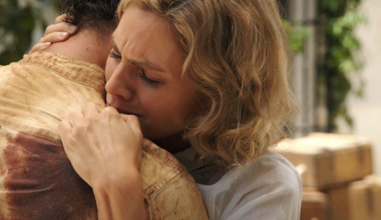 Julia, en brazos del hombre que ama