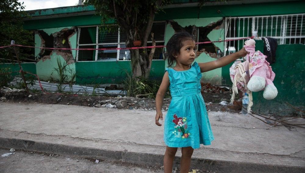 Una niña es vista fuera de una escuela primaria colapsada, 5 días después del terremoto de 7.1 en Jojutla, estado de Morelos, México, el 24 de septiembre de 2017