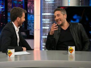 """Alberto Ammann, sobre su 'primer beso' con un hombre: """"Pedí consejo a Carlos Bardem"""""""