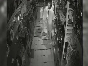 Detienen a dos integrantes de una peligrosa banda que ha robado en más de cuarenta establecimientos .
