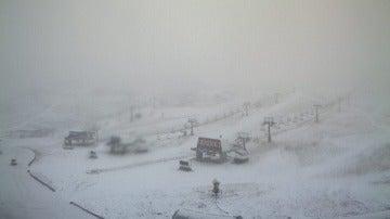 Caen los primeros copos de nieve en la estación de esquí de Sierra Nevada