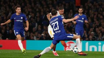 Kolarov dispara a puerta ante la oposición del Chelsea