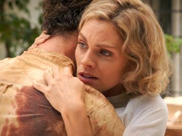 Julia se reencuentra con Andrés ante la mirada de Fidel