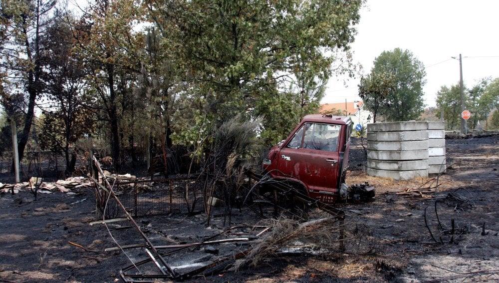 Vista general del campo arrasado por el fuego en la localidad portuguesa de Gagos