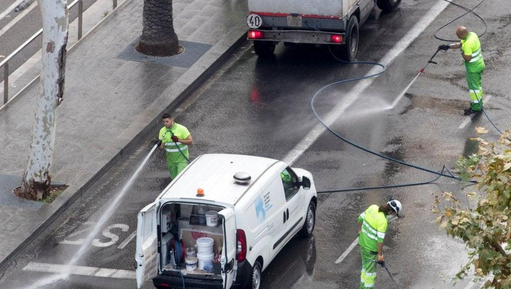 Operarios de limpieza trabajan en la avenida Diagonal