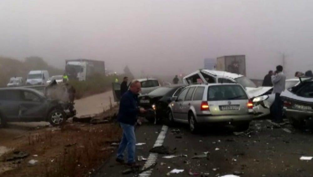 Un muerto y 12 heridos en una colisión múltiple de 45 vehículos en Cáceres