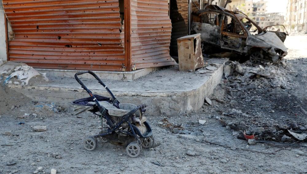 Carrito de bebé abandonado junto a un coche que explotó en Raqqa