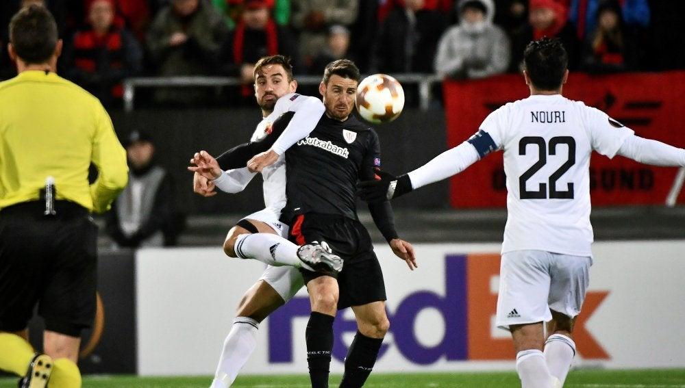 Aduriz pelea por un balón con un jugador del Östersund