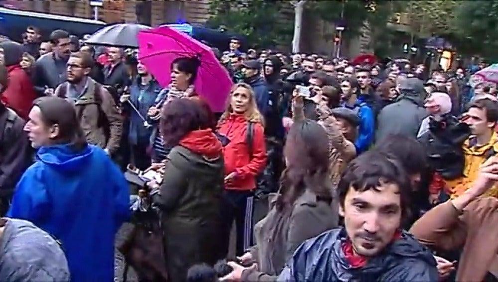Alrededor de 200 personas se concentrans ante la Delegación del Gobierno en Cataluña por la libertad de Sànchez y Cuixart
