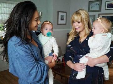 Shay Mitchell y Sasha Pieterse en 'Pretty Little Liars'