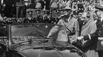 Adolf Hitler junto a Ferdinand Porsche
