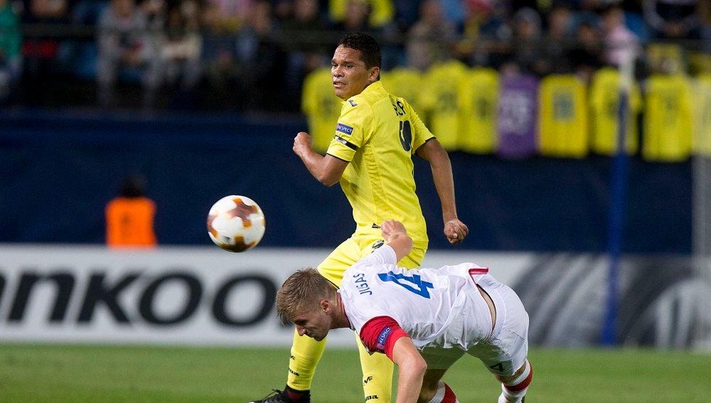 Carlos Bacca pelea por un balón con Jakub Jugas