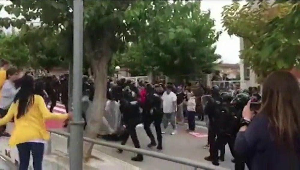 La Guardia Civil detiene a una persona por dar una patada en la cabeza a un agente el 1-O