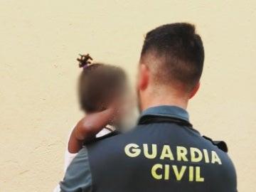 La niña en brazos de un Guardia Civil