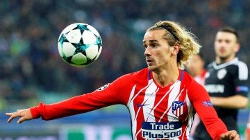 Griezmann intenta controlar el balón en un partido con el Atlético