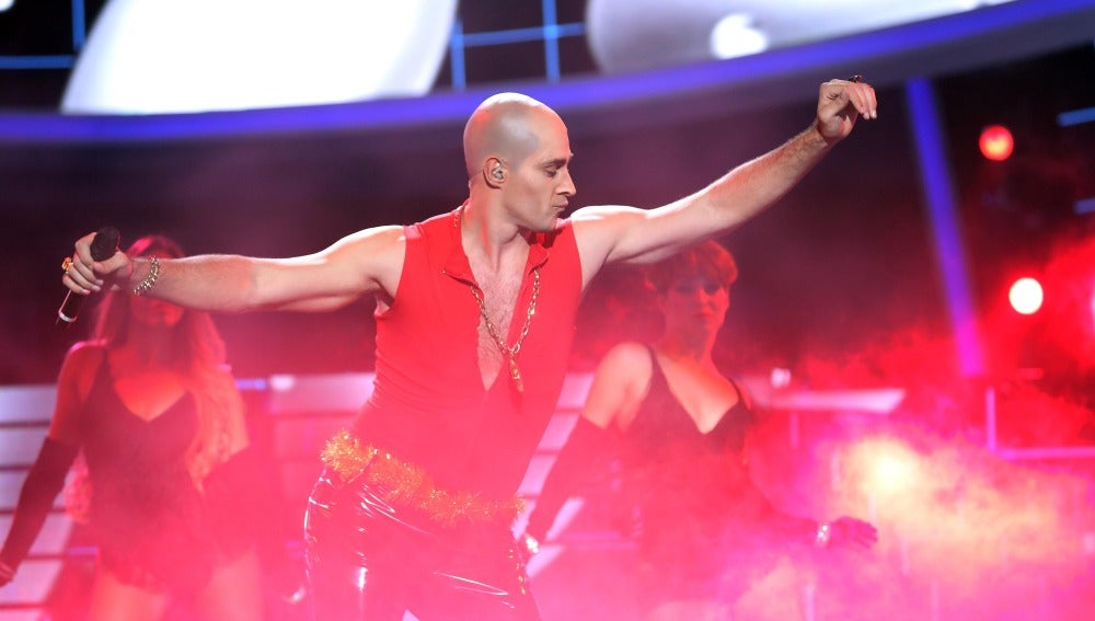 David Amor se enfunda de rojo para interpretar 'I'm too sexy' de Right Said Fred