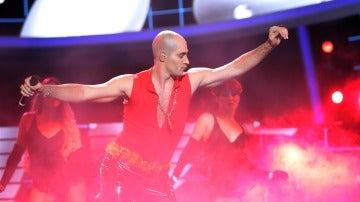 David Amor se enfunda de rojo para interpretar 'I'm too sexy' de Right Said Fred