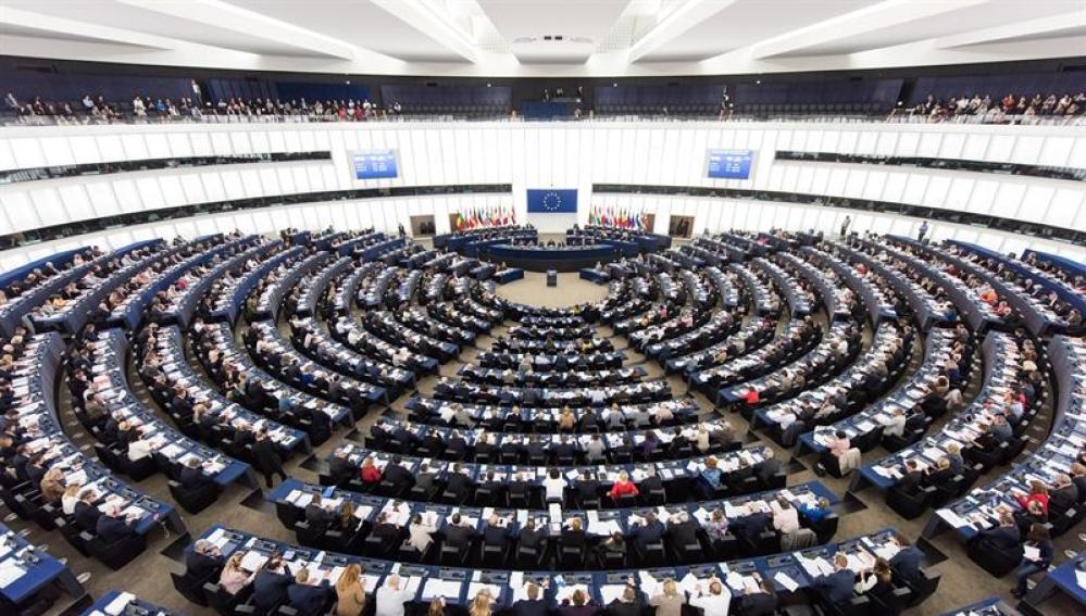 Miembros del Parlamento Europeo votan durante una sesión en Estrasburgo