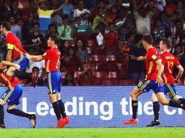 Los jugadores de la selección española Sub-17 celebran un gol
