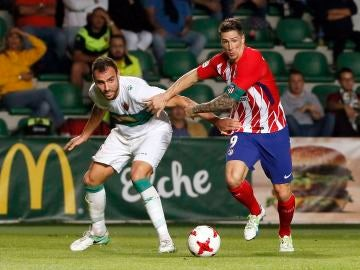 Fernando Torres pelea por un balón ante el Elche