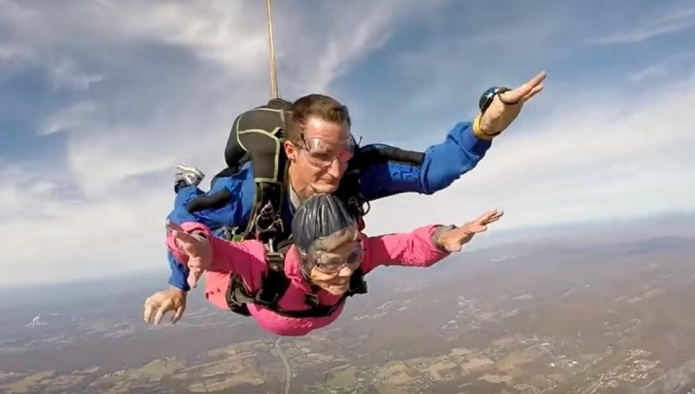 Celebra su 94 cumpleaños saltando en paracaídas