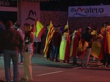 Un grupo de personas se concentran en apoyo a los agentes alojados en un camping en Girona