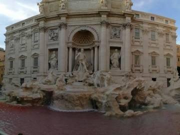 Detienen a un hombre por teñir de rojo el agua de la Fontana di Trevi de Roma