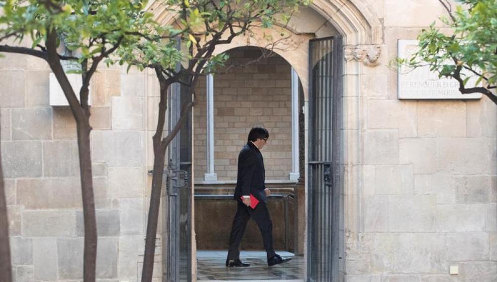El presidente de la Generalitat, Carles Puigdemont, se dirige a su despacho
