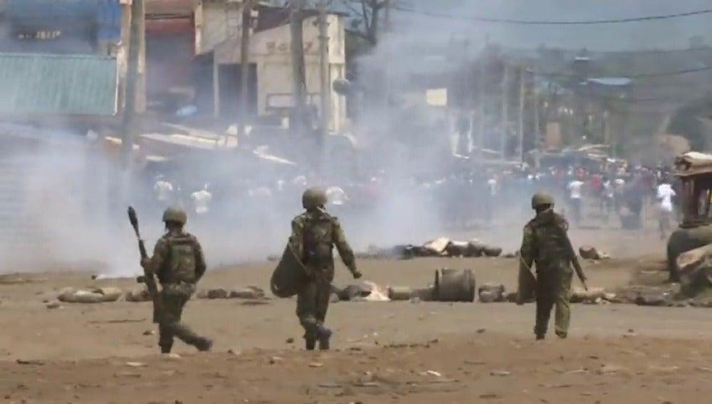 Policía y manifestantes se enfrentan durante el boicot electoral en Kenia