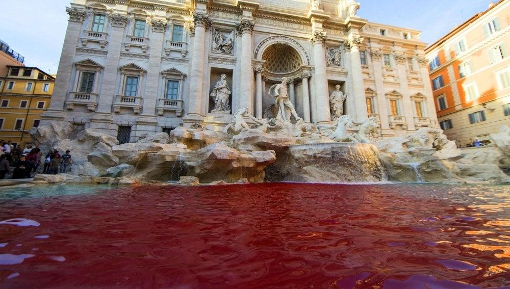 La Fontana di Trevi teñida de rojo