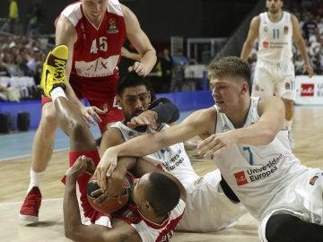 Luka Doncic pelea por el balón en un partido del Real Madrid