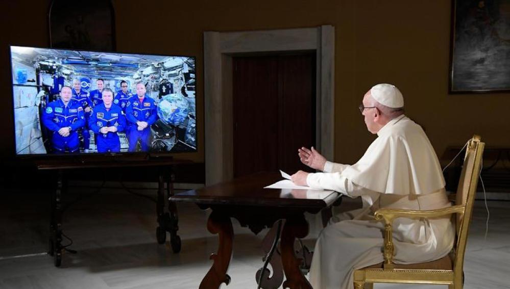El Papa Francisco conversando con tripulantes de la EEI
