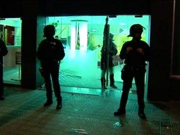 Una protesta violenta ante Catalunya Ràdio impide salir a los trabajadores