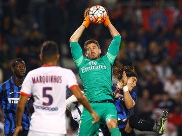 Nicolas Douchez, en un partido con el PSG
