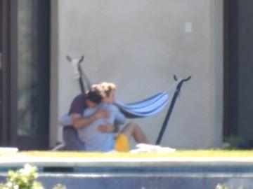 Justin Bieber se abraza cariñosamente a un amigo