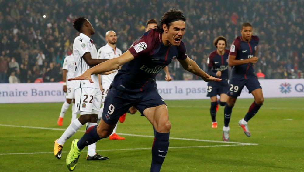 Cavani celebra uno de sus goles con el PSG