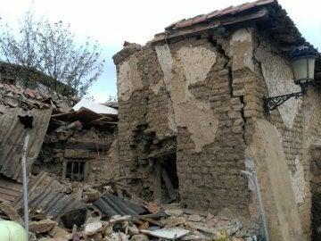 Rescatan a una persona del interior de una casa tras derrumbarse y explotar