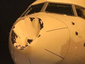 El avión de los Thunder tras el choque con algún objeto en pleno vuelo