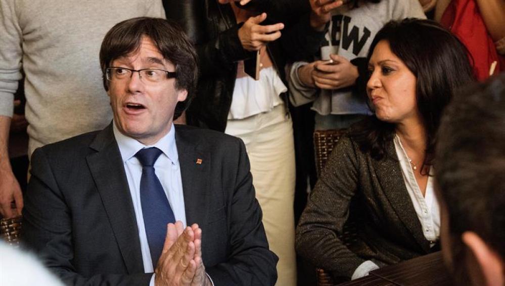 Carles Puigdemont, junto a su mujer, Marcela Topor