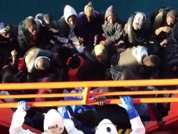 Rescatan a 32 personas, una menor y una embarazada, de una patera en el mar de Alborán
