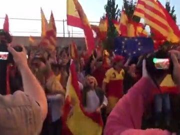Cientos de catalanes acuden al puerto de Barcelona con banderas españolas para apoyar a la Policía