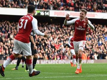Ramsey y Kolasinac celebran uno de los goles del Arsenal