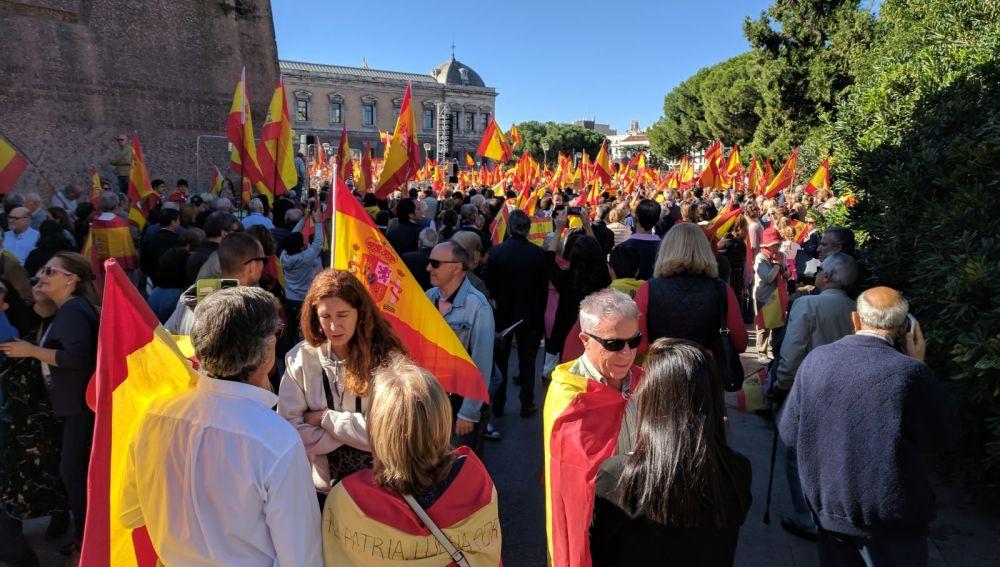 Miles de personas ataviadas con banderas españolas en Colón