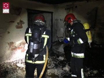 Los bomberos durante los trabajos de extinción