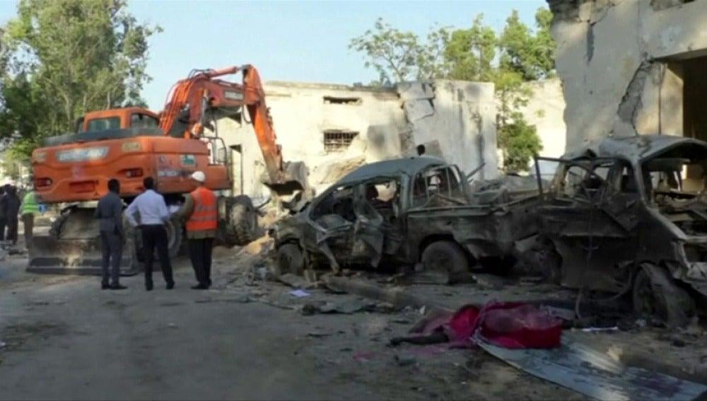 Al menos 25 muertos por dos coches bomba y ataque a un hotel en Mogadiscio