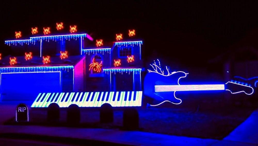 Espectáculo de luces por Halloween en una casa de California