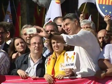 Iceta se hace un 'selfie' con Albiol, Montserrat y otros miembros del PP en Barcelona